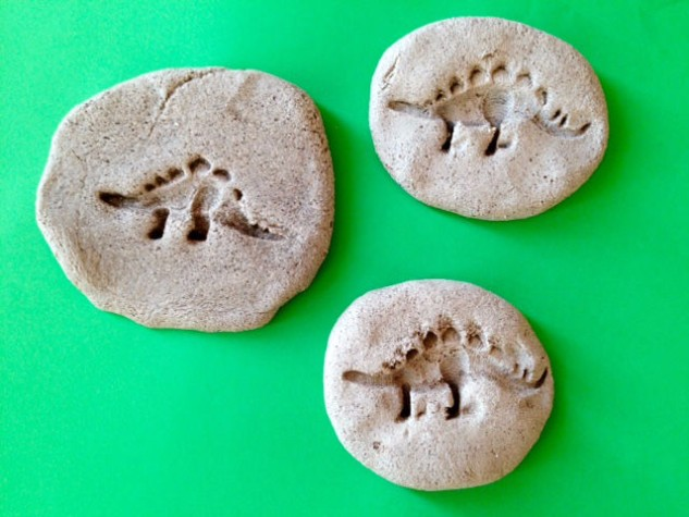 http://redkitedays.co.uk/salt-dough-dinosaur-fossils/